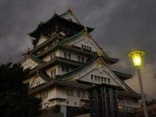 As noites no Castelo de Osaka são particularmente interessantes quando as lâmpadas de sódio iluminam os jardins. Isto oferece uma atmosfera completamente diferente