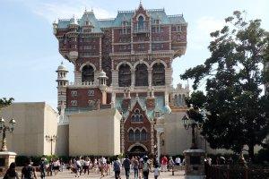 """Tower of Terror"" คือเครื่องเล่นสไตล์ Free Fall ที่ได้ชื่อว่าหวาดเสียวที่สุด ได้รับการจัดอันดับว่าน่ากลัวเป็นอันดับ 1 ในจำนวนเครื่องเล่นทั้งหมดใน Disneyland และ Disney Sea"