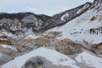 <p>หุบเขาจิโกคุดาหนิที่มีไอกำมะถันพวยพุ่งมาจากความร้อนใต้พิภพ</p>