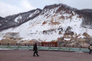 ป้ายชื่อหุบเขาจิโกคุดาหนิซึ่งอยุ่ในเขตอุทยานแห่งชาติShikotsu-Toya