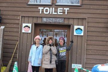 <p>ป้ายสัญลักษณ์รูปยักษ์ติดตามบริเวณสถานที่ต่างๆรอบๆหุบเขา อาทิเช่น ห้องน้ำ แยกประเภทตามเพศของยักษ์</p>