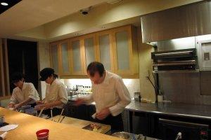 手前のシェフがステファン氏。リズミカルに調理をするのを眺めていて楽しい