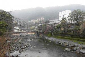 แม่น้ำแถวสถานี Hakone-Yumoto ติดกับร้านอาหาร