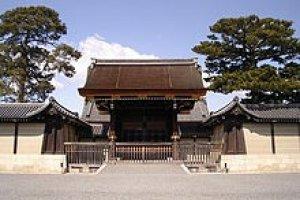 ประตู Kenreimon ประตูทางเข้าพระราชวังเกียวโต จากชั้นนอกสู่ชั่นในของพระราชวัง
