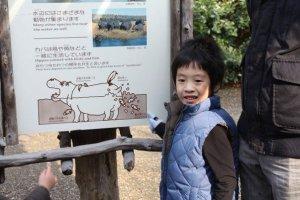 ป้ายความรู้ที่เราพบเห็นได้ทั่วไปในสวนสัตว์มีการใช้ภาพ และคำพูดน่ารักๆ เพื่อสื่อสารให้เด็กๆ เข้าใจได้ง่าย และยังดึงความสนใจของเด็กอีกด้วย