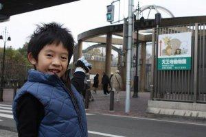ประตูทางเข้าสวนสัตว์เทนโนจิอยู่ที่นี่ครับ!