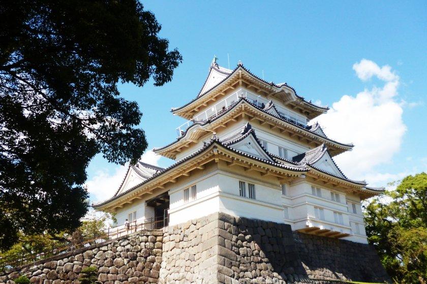 ปราสาทโอดาวาระ อยู่ห่างจากสถานีโอดาวาระไม่ถึง 1 กิโลเมตร ค่าเข้าชม 400 เยน