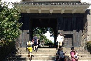 ประตูทางเข้าปราสาท นับจากจุดนี้ไปห้ามถ่ายรูป