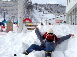 """ส่วนตัวดิฉัน แค่ได้เก็บภาพรอบๆตัว ทิ้งตัวลงบนหิมะ และฝากผลงานSnowman1ตัวไว้ที่นั่น แค่นี้ก็เป็นความประทับใจไม่รู้ลืมแล้ว...ขอบคุณGala-yuzawa สำหรับประสบการณ์""""หิมะแรก...ไม่รู้ลืม""""ของดิฉัน แล้วเราจะพบกันที่นั่นอีกแน่นอน"""