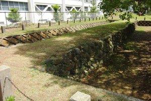 กำแพงหินป้องกันกองทัพมองโกลที่บูรณะแล้ว จุดนี้อยู่ภายในมหาวิทยาลัย Seinan University