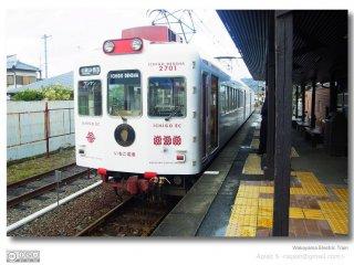 รถไฟลายสตอเบอรี่ ถูกตกแต่งให้คนนอกพื้นทราบว่า เมือง Wakayama เป็นเมืองแห่งผลไม้ และยังสามารถนั่งไปยังสวนผลไม้ต่างได้อีกด้วย