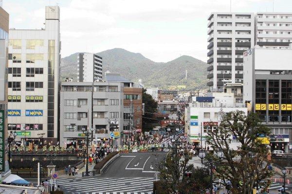 ภาพจากสถานี Hadano งานเทศกาลของที่นี่จัดขึ้นในเสาร์ที่ 4 ของเดือนกันยายน และมีการปิดถนนหลักหลายเส้นเพื่อใช้ในการเดินขบวนพาเหรด