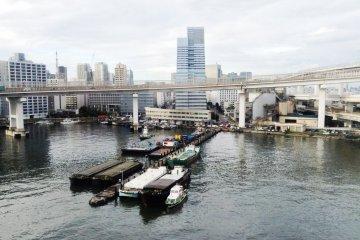 <p>วนรอบอ่าวโตเกียว ยื่นเข้าไปในทะเล</p>