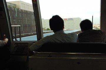 <p>ด้านหน้ารถไฟ ไม่มีคนขับจริงๆนะ</p>
