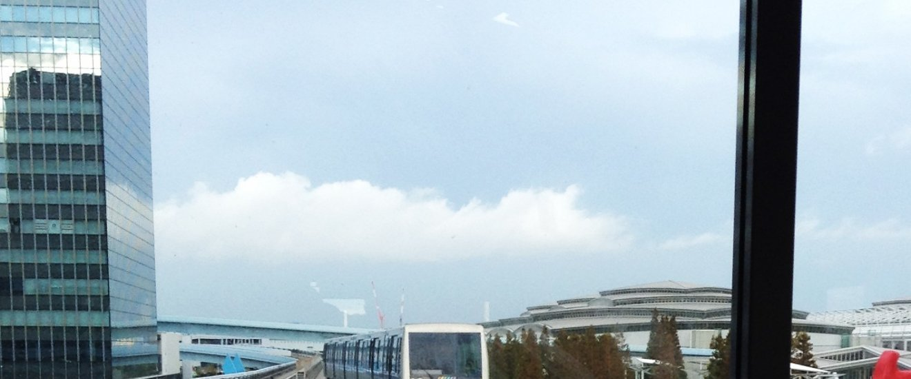 รถไฟยุริคะโมะเมะ (Yurikamome) เป็นรถไฟลอยฟ้าอัจฉริยะไร้คนขับ