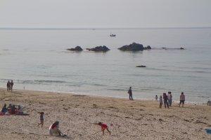 「しおかぜの里角島」休憩所の道路向かい側にある「しおかぜコバルトブルービーチ」