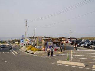 주차장에는 화장실과 신선한 해산물을 제공하는 식당이 있다