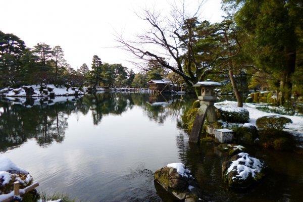 โคมไฟหินที่มีลักษณะของพิณญี่ปุ่น เป็นสัญลักษณ์ของสวนนี้