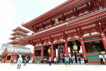 <p>วัดเซนโซจิ ใหญ่โตอลังการสมเป็นวัดดังเมืองหลวงโตเกียว</p>