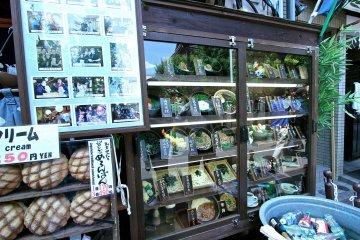 <p>ร้านนี้แหละที่คนต่อคิวกันเยอะๆ เลยซื้อขนมในรูปมากิน (มุมล่างซ้าย) กินตอนร้อนๆอร่อยดีคุ้มกับเวลารอต่อคิว</p>