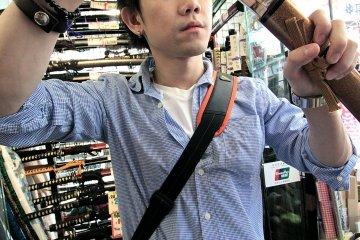 <p>ดาบซามูไร เป็นดาบโมเดล ราคามีตั้งแต่ 6xxx เยน จนไปถึงหลายหมื่น เยน ไม่ต้องห่วงเรื่องเอากลับประเทศ เค้ามี certificate แจ้งว่าเป็นแค่ &quot;Japanese sword model&quot; วัสดุคนละชนิดกับดาบจริง เห็นเงาวิ้งแบบนี้ไม่มีคมนะครับ ทำได้เหมือนของจริงมากๆ</p>