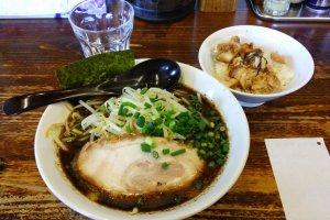 Ramen bawang kaya rasa dan mangkuk nasi daging, setengah harga saat jam makan siang