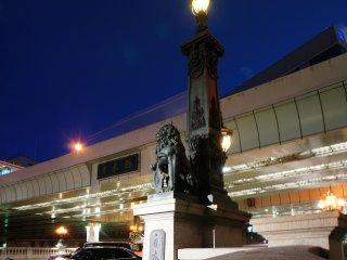 Có hai bức tượng shishi ( sư tử) bằng đồng có hai chiếc đèn ở hai bên. Thời điểm đèn bật vào buổi tối là khoảng thời gian đến thăm tuyệt nhất