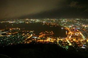 อีกมุมหนึ่งของวิวจากยอดเขา Mt.Hakodate ในยามค่ำคืน