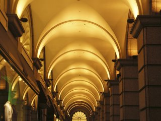 Parts of the Motomachi shopping district have a European-style architecture. Night-time illumination of the arc-style structure offers a great ambience for a night walk.