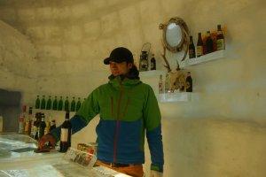 ภายใน Snow Cafe มีบริการเครื่องดื่มทั้งมีเครื่องดื่มแอลกอฮอล์และกาแฟ นม