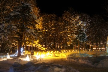 <p>บรรยากาศภายใน Furano Kan Kan Mura มีประดับไฟตามทางเดินสวยงาม</p>