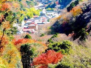 역교에서 내려오는 케이블카, 산, 마을을 가로지르며 내려다보는 모습