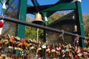 At the cliffside, there is a bell and huge numbers of padlocks hanging on a metal fence. Connected to the dragon's love story: It is said that if a couple rings the bell and hang a lock here, they will never separate.