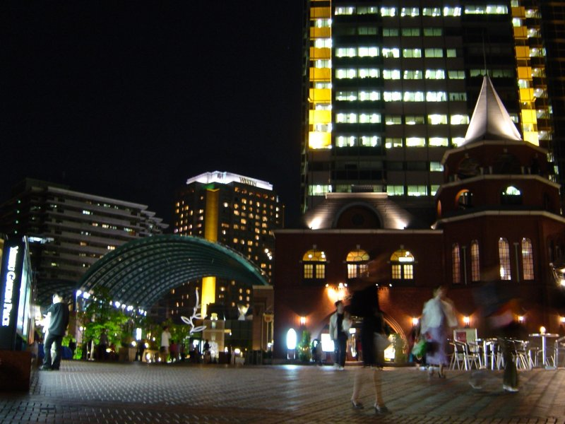 Ebisu Garden Place can be accessed viathe Ebisu Skywalk, and it is just a 5-minute walk fromJR Ebisustation. Night-time illumination is particularly beautiful.