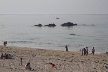 <p>ชายหาดที่ส่วนใหญ่เป็นผืนทราย เมื่อประดับประดาด้วยหินก้อนใหญ่ ดูเป็นศิลปะที่งดงาม</p>