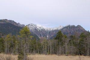 เทือกเขา Hotaka เห็นช่องเขาหิมะอยู่ไกลๆ