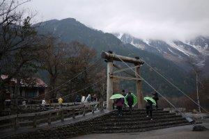 สะพานแขวนKappa Bridge และเทือกเขา Hotaka ในวันที่มีหิมะปกคลุม