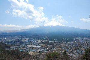 ภูเขาไฟฟูจิ จากจุดชมวิวบนยอดเขา Mt.Tenjo ที่ตั้งอยู่ใกล้ๆ ทะเลสาบ Kawaguchiko