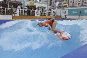 A beginner's course for artificial surfing is available for inexperienced guests to practice safely