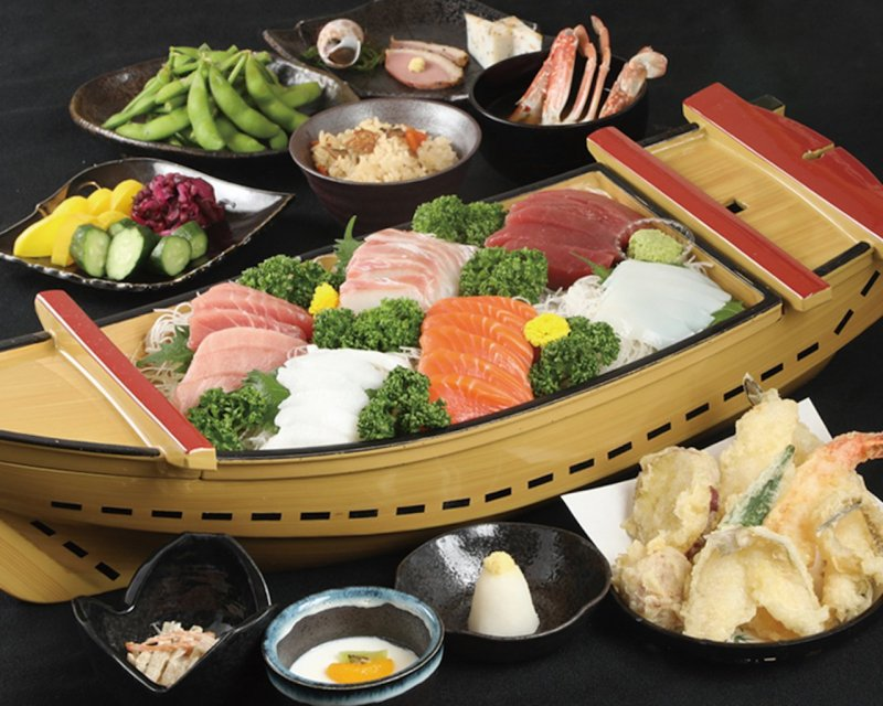 The classic dish is fresh funamori in a boat-shaped dish. Meals made with seasonal ingredients such as matsutake mushrooms are also popular.