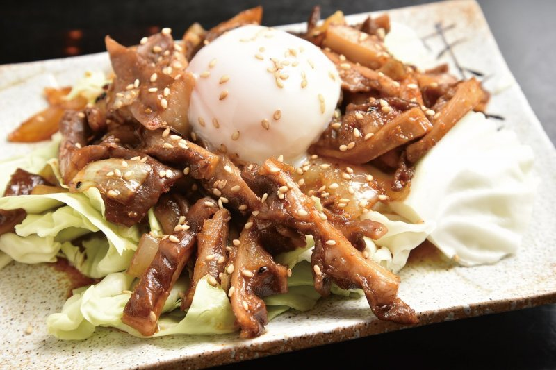 Stir-fried Beef Abomasum (¥800) (excluding tax) eaten with sweet and spicy sauce