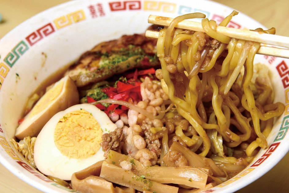 The thick noodles of Kuroishi Sauce Yakisoba (¥750) with many toppings.