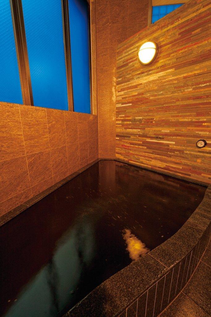 Rich in minerals, kuroyu (black spring water) has excellent heat and moisture retention effects.