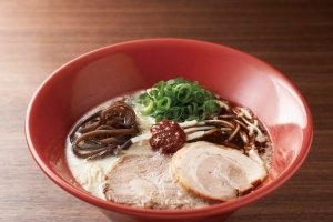 Akamaru Modern (¥820) (excluding tax). Enjoy a change in taste by adding fl avoring oil and spicy miso to the soup.